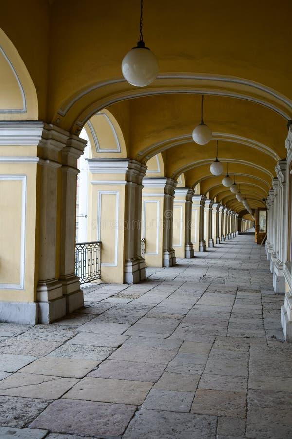 Colunas brancas ao longo da galeria Gostiny Dvor imagem de stock