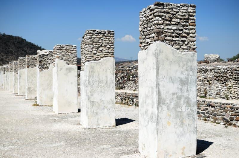 Colunas brancas da cidade antiga de Toltec em Tula fotos de stock royalty free