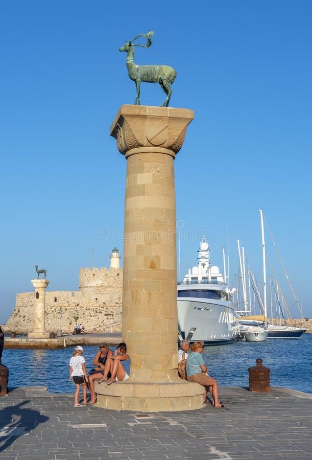 Colunas com as estátuas dos cervos no porto de Mandraki da cidade do Rodes, Grécia imagens de stock royalty free
