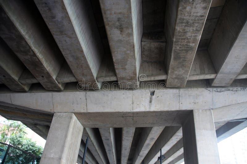 Colunas concretas da estrada fotografia de stock