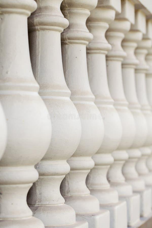 Colunas concretas na cerca fotografia de stock royalty free