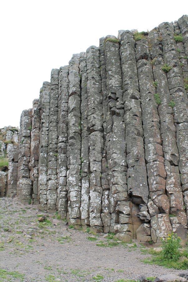Colunas Craggy do basalto de Giant& x27; calçada de s imagem de stock
