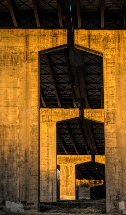 Colunas da estrada no por do sol fotos de stock royalty free