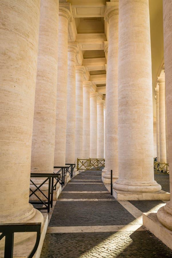 Colunas da praça de St Peter foto de stock