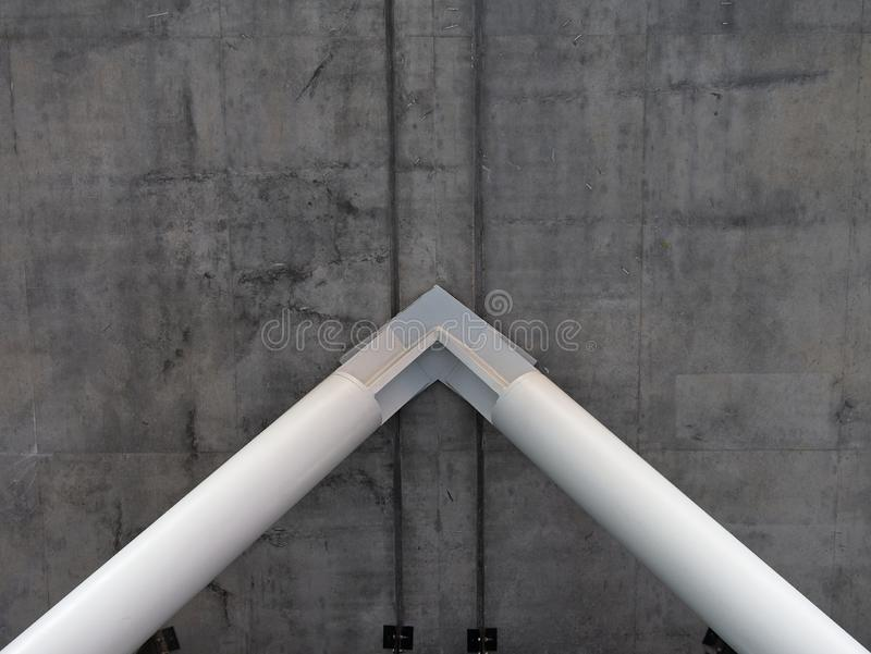 Colunas de aço brancas que apoiam o concreto cinzento grosso imagem de stock royalty free