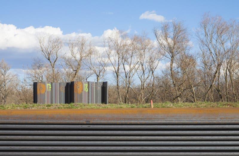 Colunas de aço da construção que encontram-se na terra imagem de stock royalty free