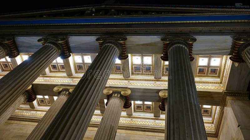 Colunas de mármore da cidade da noite foto de stock