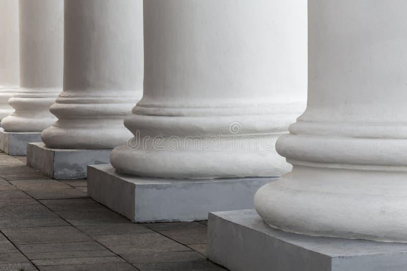 Colunas de pedra brancas da construção velha A fachada do teatro imagem de stock royalty free