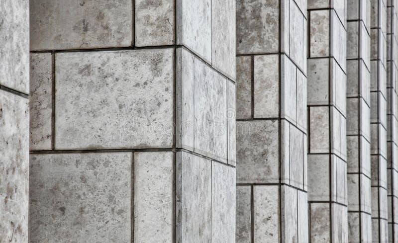 Colunas de pedra do prédio de escritórios imagem de stock
