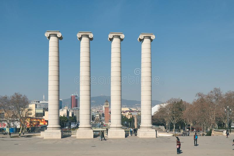 Colunas de pedra grandes, fortes na rua em Barcelona na Espanha, monte Montjuic 02 25 Espanha 2019 foto de stock royalty free