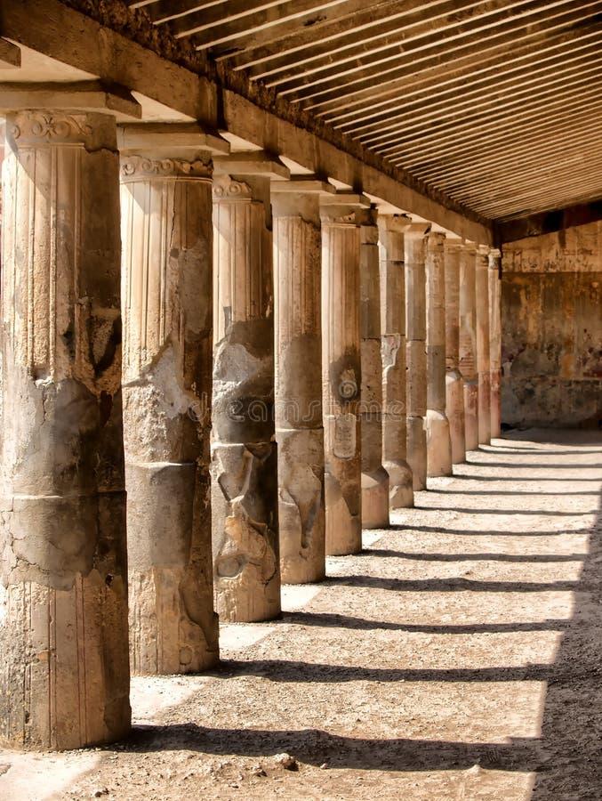 Colunas de pedra de uma era antiga fotografia de stock royalty free
