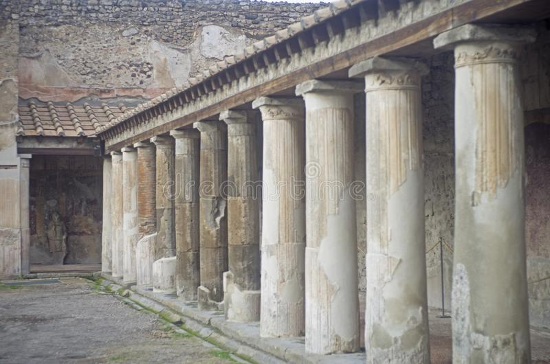Download Colunas de Pompeia foto de stock. Imagem de branco, arredors - 107528766