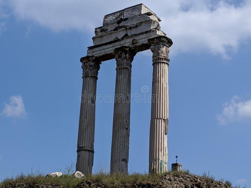Colunas de Roman Forum nas nuvens fotografia de stock