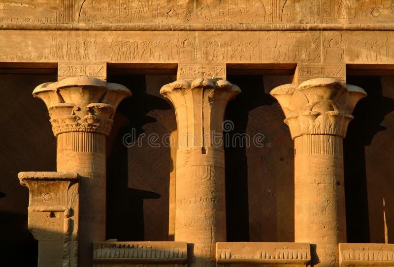Colunas diferentes iônicas, dórico no templo do deus Horus na ilha de Edfu, Egito, Norte de África imagens de stock royalty free