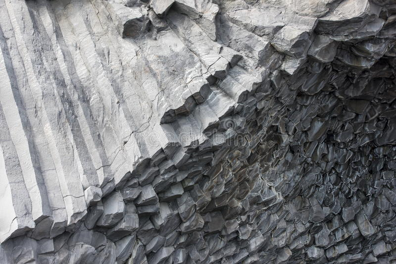 Colunas do basalto do hexágono na praia Reynisfjara, Islândia imagem de stock