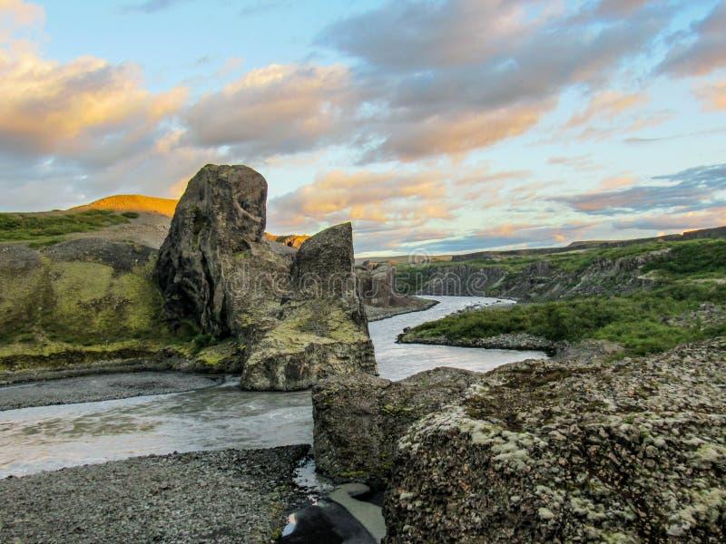 Colunas do basalto e Jokulsa glacial um rio de Fjollum em Vesturdalur, Asbyrgi, parque nacional de Vatnajokull, ao norte de Islân fotos de stock