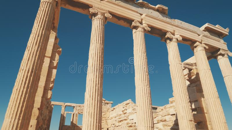 Colunas do grego clássico da acrópole, templo de Erechtheion em Atenas, Grécia fotografia de stock royalty free