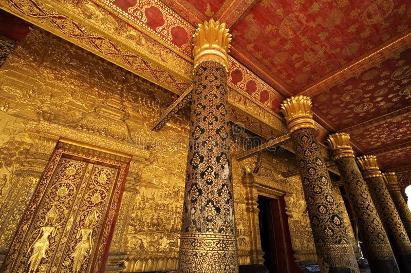 Colunas do MAI de Wat em Luang Prabang, Laos foto de stock