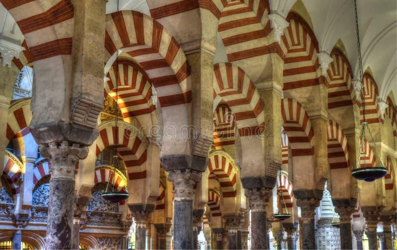 Colunas do salão da oração, Córdova, a Andaluzia fotografia de stock
