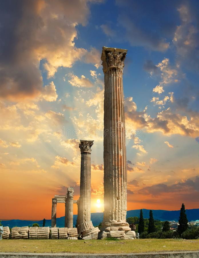 Colunas do templo do olímpico Zeus em Atenas greece fotografia de stock royalty free