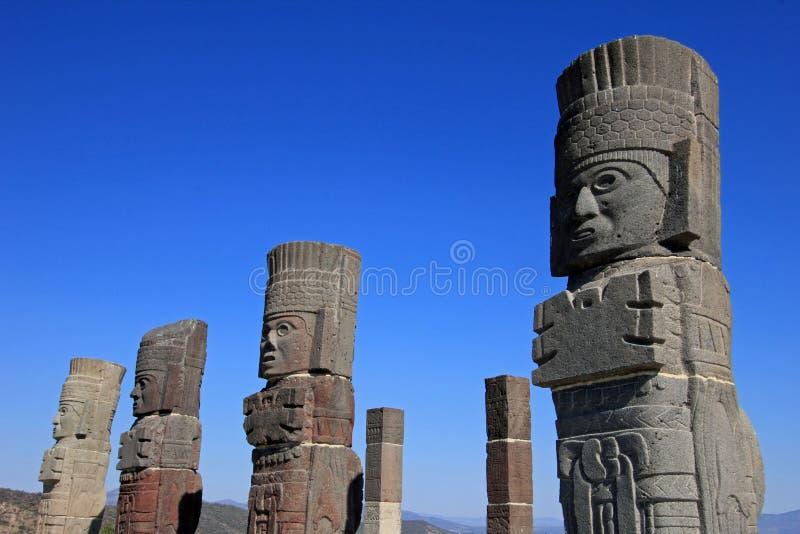 Colunas dos guerreiros de Toltec que cobrem a pirâmide de Quetzalcoatl em Tula imagem de stock royalty free