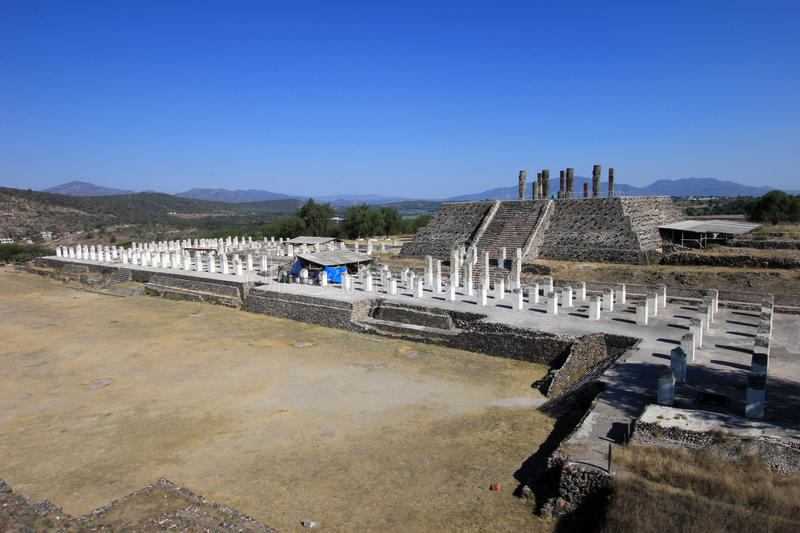 Colunas dos guerreiros de Toltec que cobrem a pirâmide de Quetzalcoatl em Tula fotografia de stock