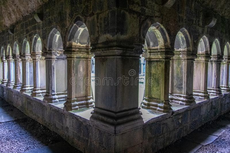 Colunas e arcos de Abbey Ruins irlandesa antiga fotografia de stock royalty free