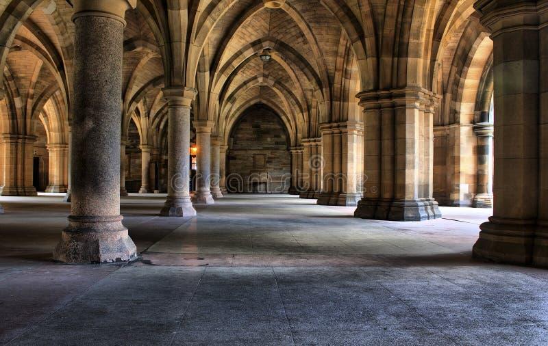 Colunas e arcos debaixo da universidade de Glasgow imagens de stock