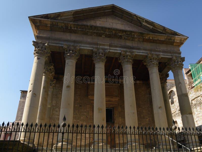 Colunas e capital Corinthian em Roman Temple em Vic, Catalonia, Espanha imagens de stock