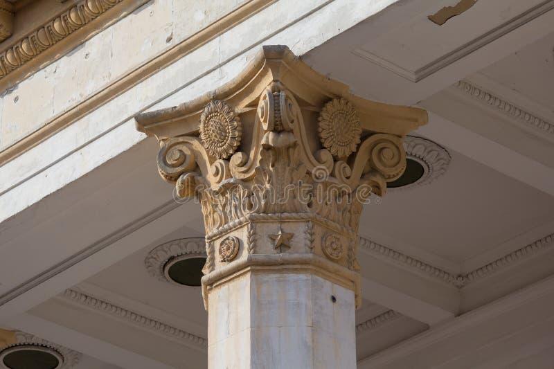Colunas e capital - o elemento arquitetónico de muitas construções soviéticas fotografia de stock royalty free