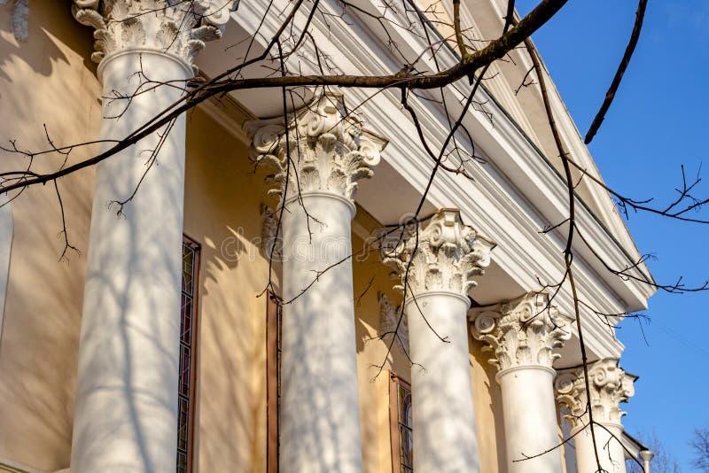 Colunas e capital - o elemento arquitetónico de muitas construções soviéticas no estilo do império fotos de stock royalty free