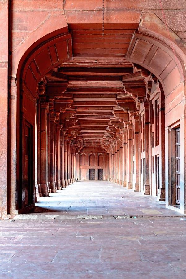 Colunas e detalhe do corredor em Fatehpur Sikri, Índia imagens de stock royalty free
