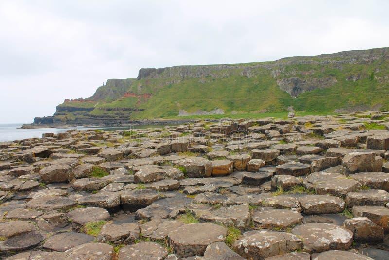 Colunas e penhascos do basalto em Irlanda do Norte litoral foto de stock royalty free