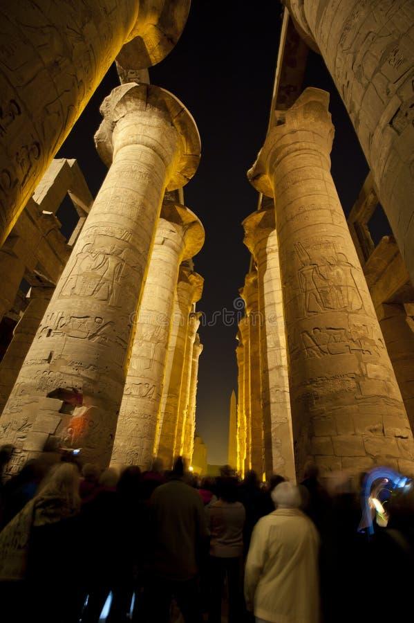 Colunas em um templo egípcio antigo na noite fotografia de stock