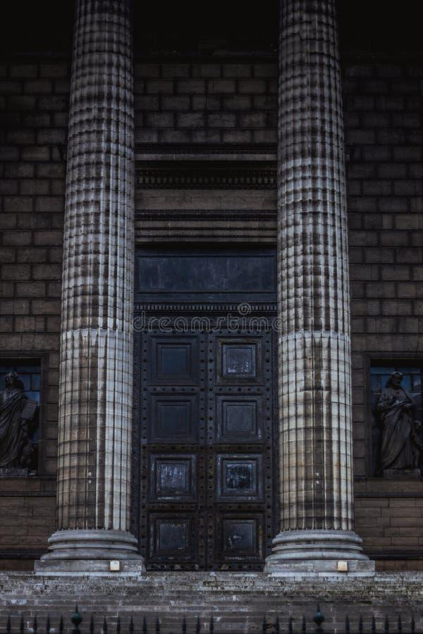 Colunas esquisitos clássicas na parte dianteira do panteão em Paris fotos de stock royalty free