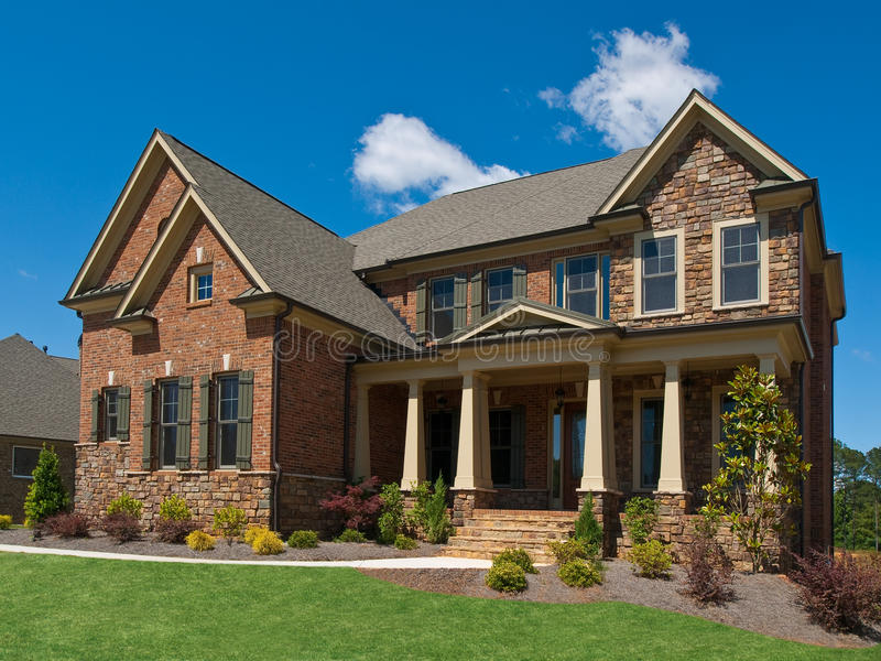 Colunas exteriores da opinião lateral da HOME luxuosa modelo fotos de stock