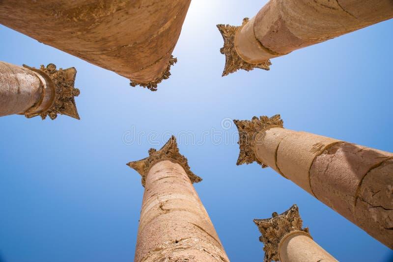 Colunas Hellenistic do Templo de Ártemis - o Jerash - o Jordânia imagens de stock royalty free