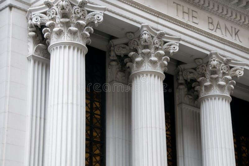 Colunas iónicas de um edifício de banco foto de stock