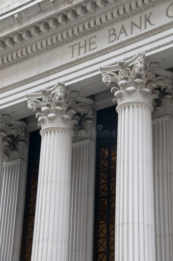 Colunas iónicas de um edifício de banco imagens de stock royalty free