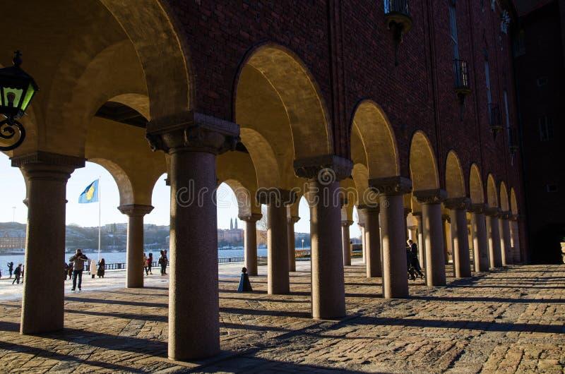 Colunas na câmara municipal de Éstocolmo imagem de stock