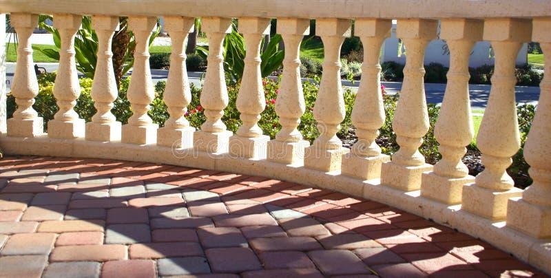 Colunas na luz do sol & nas sombras foto de stock royalty free