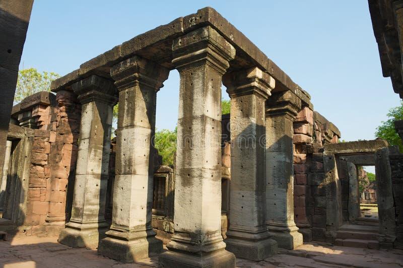 Colunas nas ruínas do templo hindu no parque histórico de Phimai em Nakhon Ratchasima, Tailândia imagem de stock royalty free