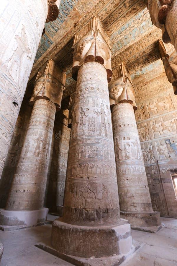 Colunas no templo de Denderah, Qena, Egito imagem de stock