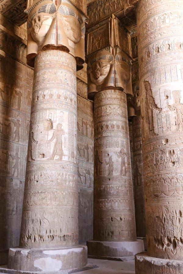 Colunas no templo de Denderah, Qena, Egito foto de stock royalty free