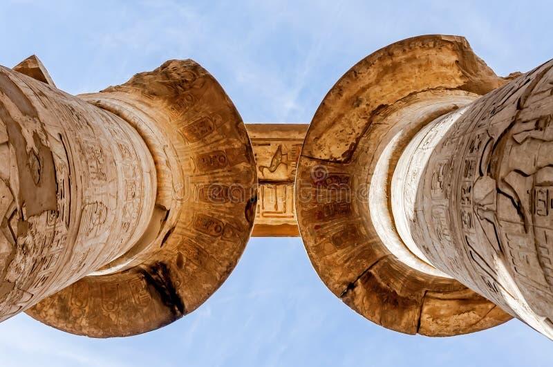 Colunas no templo de Karnak em Luxor, Egipto foto de stock royalty free