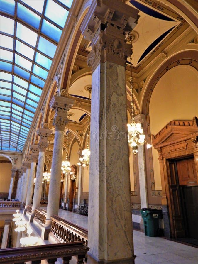 Colunas que apoiam a claraboia imagens de stock