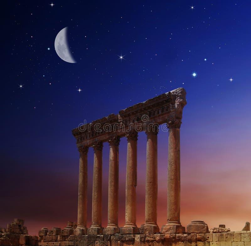 Colunas romanas em Heliopolis, Baalbeck, Líbano fotografia de stock