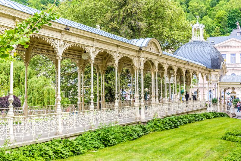 A colunata Sadova-Karlovy do parque varia, República Checa foto de stock