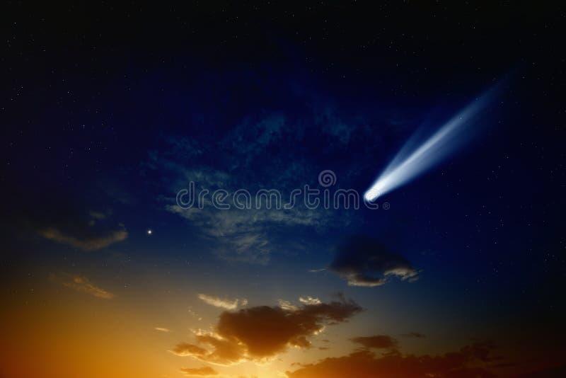 Comète en ciel de coucher du soleil photographie stock