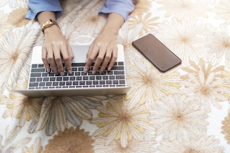 Comércio electrónico e conceito em linha da compra Feche acima do funcionamento da mão foto de stock royalty free